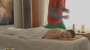 Polli se laisse faire pendant son massage