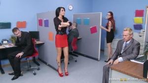 Même au bureau Romi Rain reste une vraie garce, elle exhibe ses gros seins devant ses collègues et se fait défoncer sur la table