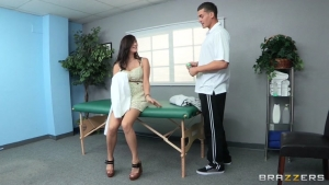 Mellanie monroe se fait plaisir en taillant une pipe au masseur