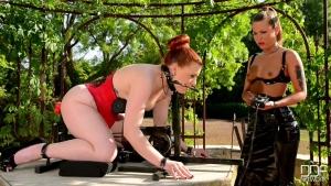 Cheryl's  et isabel dean séance de soumission en plein air