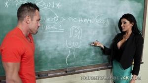 Il baise avec sa prof en pleine salle de cours
