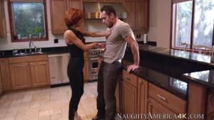 Veronica avluv baise un jeune homme par force dans la cuisine