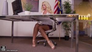 Summer brielle mature bombasse prise sur son bureau par un jeunot