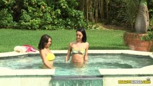 Shae summers et sabrina banks s'amusent dans la piscine