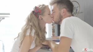 Kail blonde baisée par son prof au salon