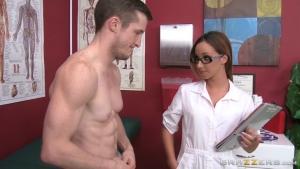 Jada stevens infirmière généreuse soigne son patient avec beaucoup d'attention
