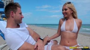 Aaliyah love destiny dixon un super rencontre à la plage avec deux belles nanas canons