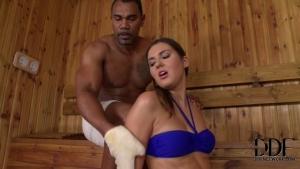 Une grosse queue pour une brune canon dans le sauna