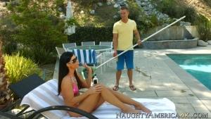 India summer bien chaude pour un plan cul avec le nettoyeur de piscine