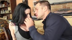 Veronica avluv se retrouve avec ce jeune mec sur le fauteuil