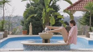 Taissia shanti baise avec son mec au bord de la piscine