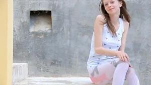 Девица в красных сандаликах присела пописала и замочила свои штаны