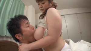 Nami Horikawa milf une milf qui adore se faire bouffer ses gros seins