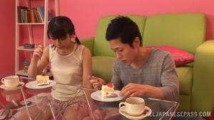 Koharu Aoi  oublie son petit déjeuner pour tailler la pipe de son mec