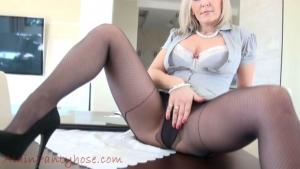 Ala la secrétaire, écarte ses jambes pour dévoiler ses superbes collants sexy