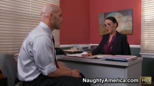 Cette secrétaire se révèle être une véritable nymphoman
