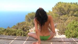 Cette jolie brunette adore la nature, même pour se masturber, elle aime adore le faire en regardant la nature