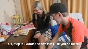 Jolie et timide, cette étudiante russe suit assidument un cours à domicile
