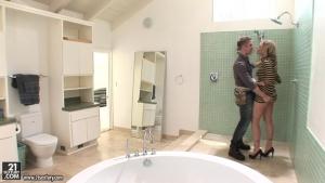 Femme au foyer en manque, Adrianna Nicole se tape le plombier dans la salle de bain