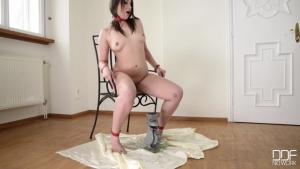 Akasha Cullen attachée à une chaise pisse dans un verre