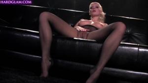 Une belle blonde russe se fait défoncée par un black très chaud