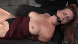 Bella Rossi s'adonne au bondage sadomaso et se fait vibrer par son bourreau
