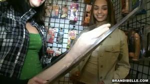 Brandi belle aime sucer les bites des inconnus dans les toilettes