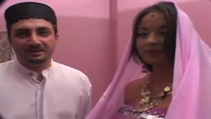 Charmante indienne voilée partouzée dans un gang bang