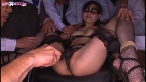 Erina Fujisaki, une jolie japonaise humiliée pendant un gang bang sauvage