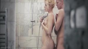 Câlins et sexe tendre sous la douche pour un couple amateur