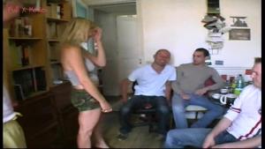 Gillou offre sa copine a son er groupe