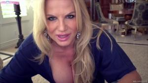 Kelly Madison montre ses gros nichons et se lance dans une fellation en pov palpitante