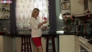 Grandmas Jennyfer et Rob Autumn s'offrent une bonne baise romantique dans la cuisine