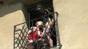 Marion atrappee sur le balcon la france a poile