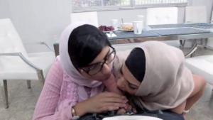 Mia Khalifa baise avec sa copine une grosse bite at Tube Porno