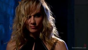 Mistress Kara domine un homme soumis dans une vidéo de bondage sado maso