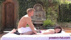 Mira Tantric se résigne à sucer et à chevaucher la bite de son masseur sexy dans le jardin