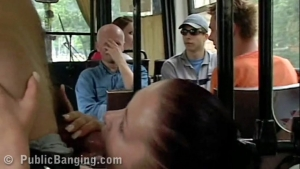 La brune coquine se fait défoncer dans le bus