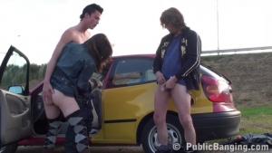 Jeune brune nympho partouzée dans la voiture
