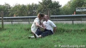 Ils baisent sans vergogne sur le bord de la route