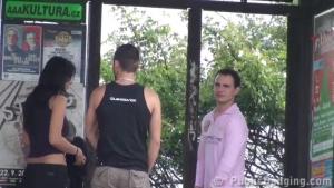La brune se fait deux mecs à l?arrêt de bus
