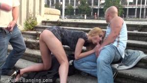 Partouze avec une belle blonde sur les escaliers