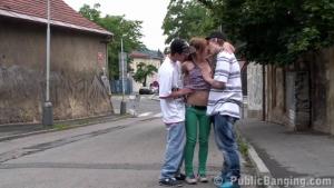 Toujours partante pour une partouze dans la rue avec ses deux potes de sexe