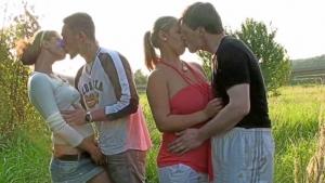 Deux couples baisent en plein air