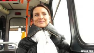 Martina acostée dans la rue fait des cochonnerie avec le cameraman