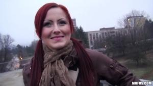 Belinda jolie rousse pécho dans la rue