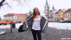 Dominika la russe s'exhib avec son amoureux d'un jour en plein air