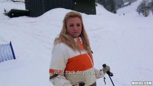 Nathaly se fait piner sur les pistes de ski