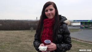 Jeune étudiante morgan blanchett accepte de faire des jeux coquins contre de l'argent