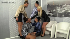 Partie de pisse pour un groupe de femmes fontaines  lesbiennes